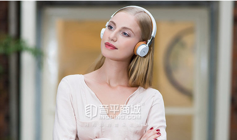 AKG Y45BT 蓝牙耳机模特展示